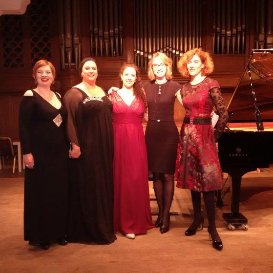 Sängerinnen aufgeregt vor dem Konzert